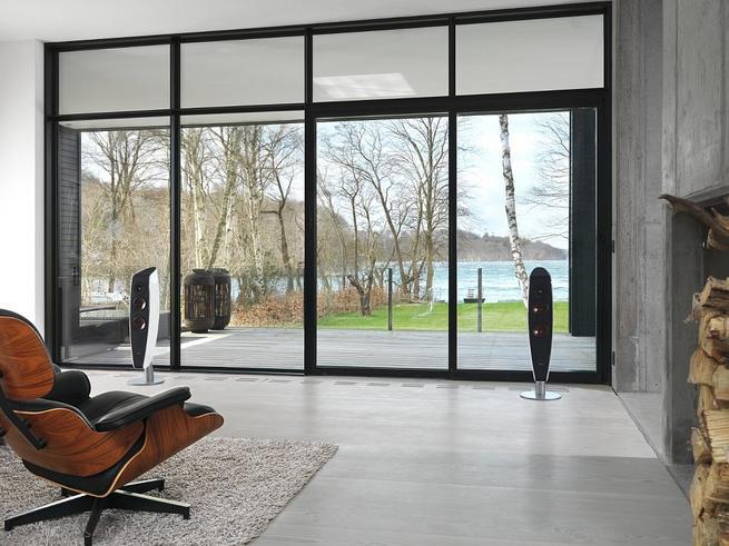 Nowoczesny minimalistyczny salon. Designerski sprzęt audio na betonie