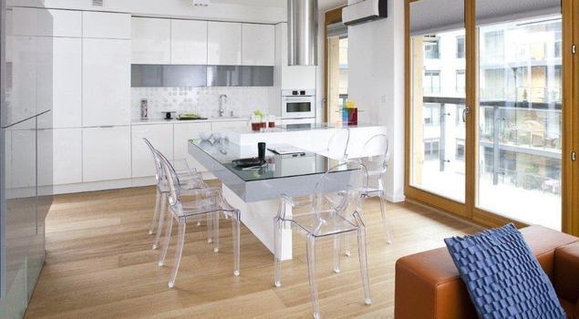 Nowoczesne kuchnie. Aranżacje kuchni z salonem. Szkło i biel